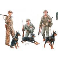 MASTER BOX LTD - MB35155 - Cani in servizio al Marine Corps WWII scala 1:35 - 3 figure e 3 doberman                            .